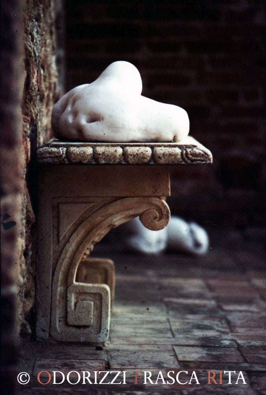 scultura_contemporanea_ofri_serie_sassi_titolo_la_donna_sasso_1990